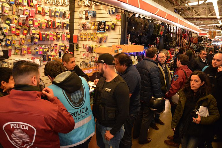 Un operativo contra la venta de celulares robados en una galería comercial de Liniers