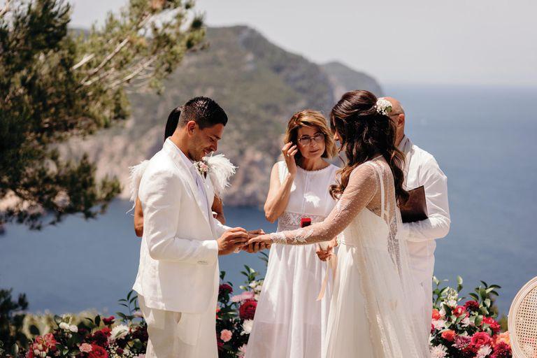 """Luego de compartir los votos matrimoniales, el futbolista y la italiana intercambiaron los anillos. """"Ella es mi luz"""", dijo emocionado el delantero del Cagliari Calcio"""