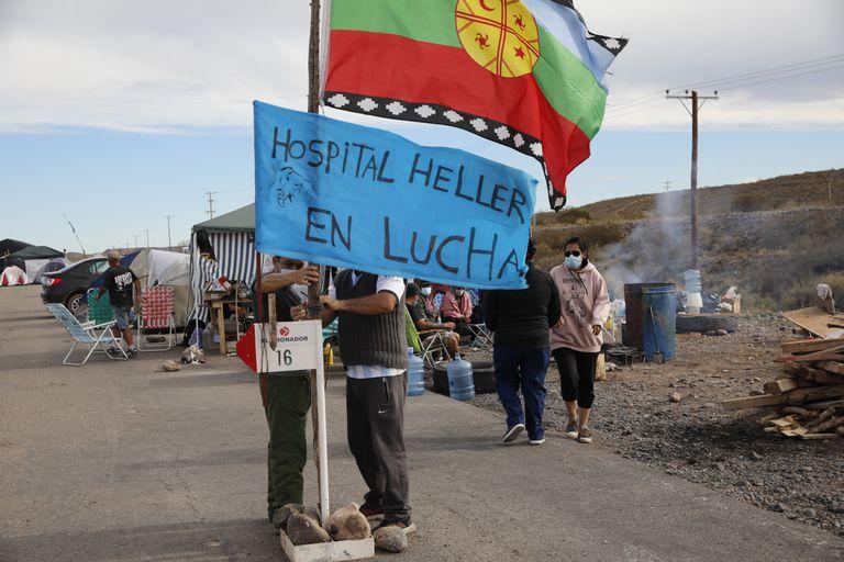 Personal de Salud, reclamando mejoras salariales, hacen piquetes sobre las rutas a la entrada de Fortín de Piedra impidiendo el ingreso de camiones a las petroleras de Vaca Muerta.  FOTO: Fabián Marelli