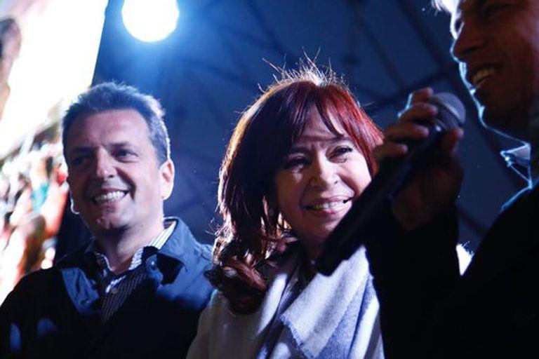 Sergio Massa, Cristina Kirchner y Axel Kicillof al cierre del acto en el partido de Malvinas Argentinas