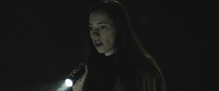 En La casa oscura, Rebecca Hall brilla entre un catálogo de sufrimiento