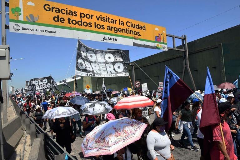 Organizaciones sociales vinculadas a partidos políticos de izquierda cortaban el Puente Pueyrredón de Avellaneda