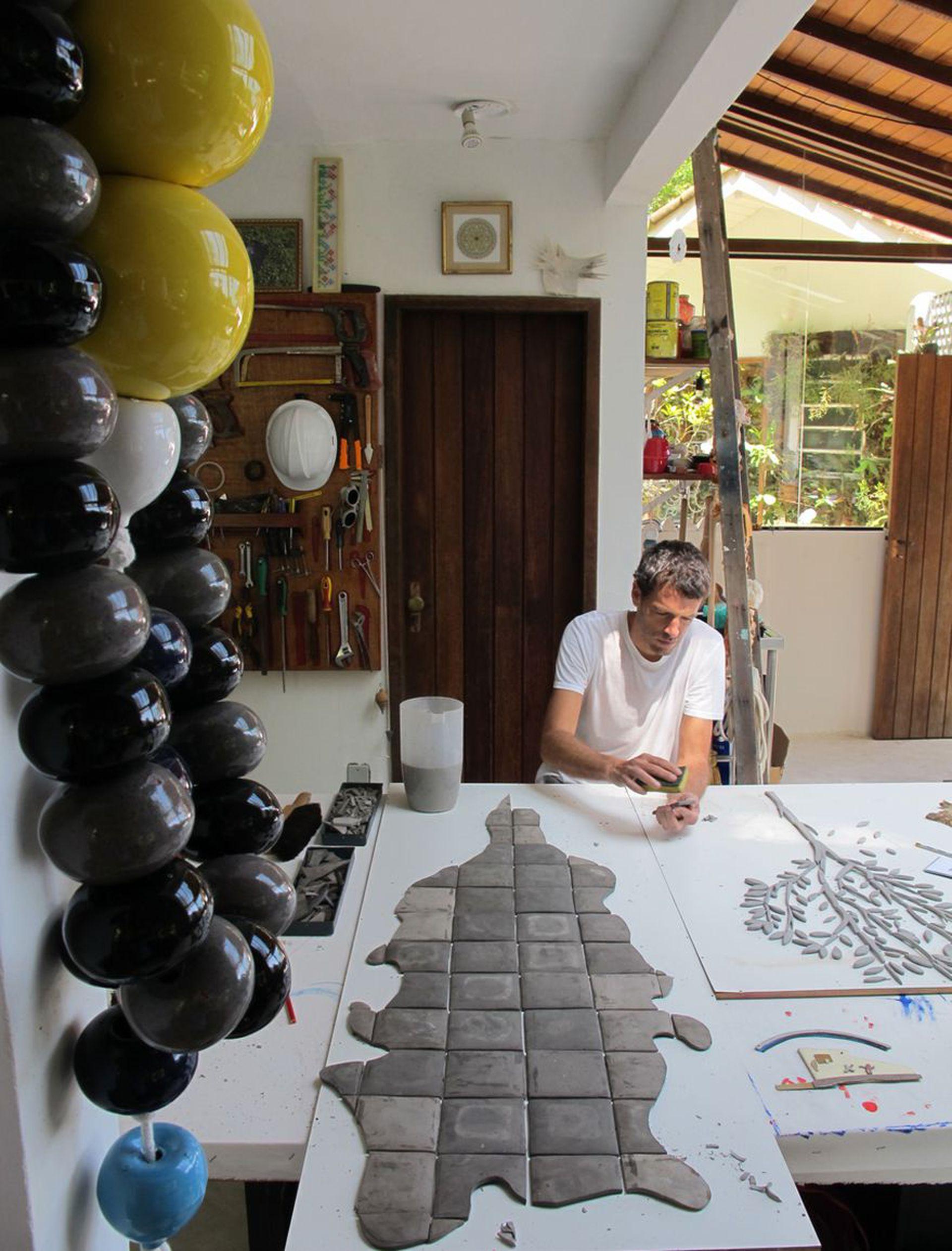 Leo Battistelli en su taller de Río de Janeiro