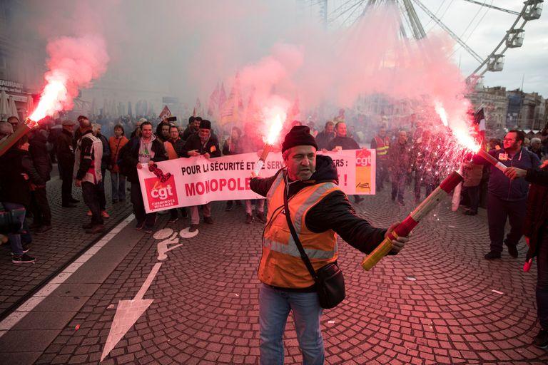 """El principal sindicato de la SNCF, la compañía de trenes francesa, llamó a """"reforzar la huelga"""" y todos los sindicatos dijeron que habría una nueva gran movilización el 17 de diciembre en París"""