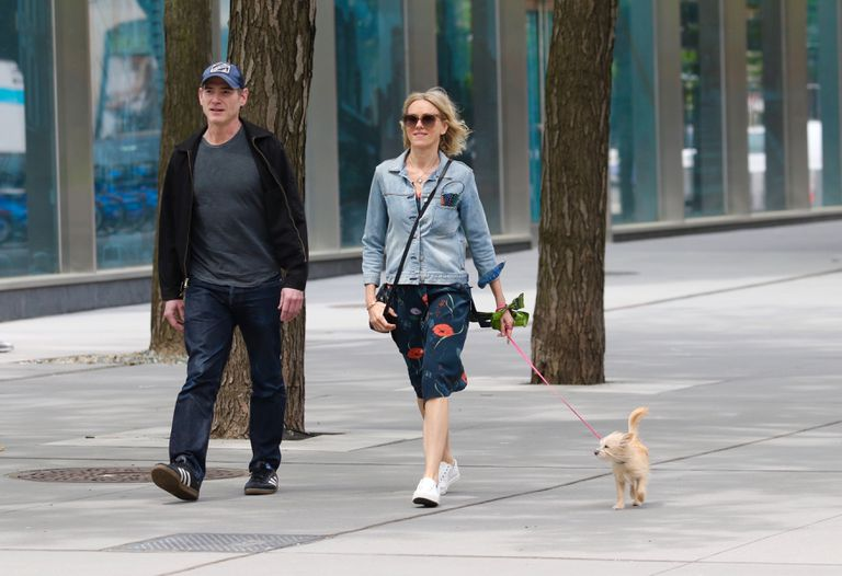 Naomi Watts y Billy Crudup aprovecharon su salida también para pasear a su perro