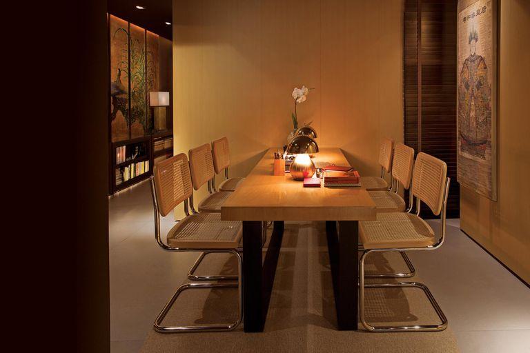 """La mesa de comedor es el único mueble que tiene su altura original ya que se usa para comer, pero también como escritorio. Las sillas Cesca, el diseño de Breuer sin apoya brazos, respaldos bajos, esterilla y acero, resultan perfectas """"porque son livianas a la vista"""", dice."""