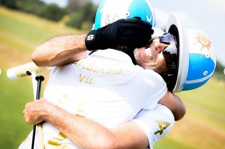 De padre a hijo: el abrazo de campeón entre Adolfo y Poroto Cambiaso