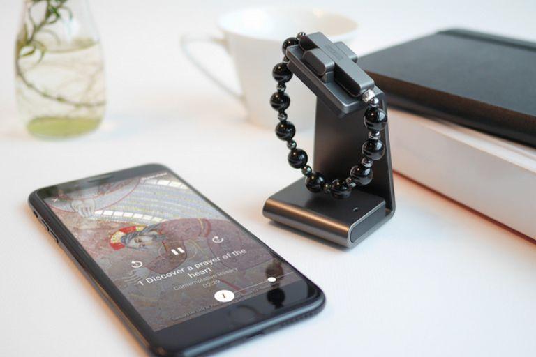 El dispositivo tiene forma de pulsera, cuenta con una pequeña batería que se recarga de forma inalámbrica y es compatible con smartphones con iOS y Android