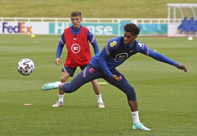 Marcus Rashford se estira en pos de la pelota en una práctica de Inglaterra, que debutará contra Croacia en Wembley por la Eurocopa.