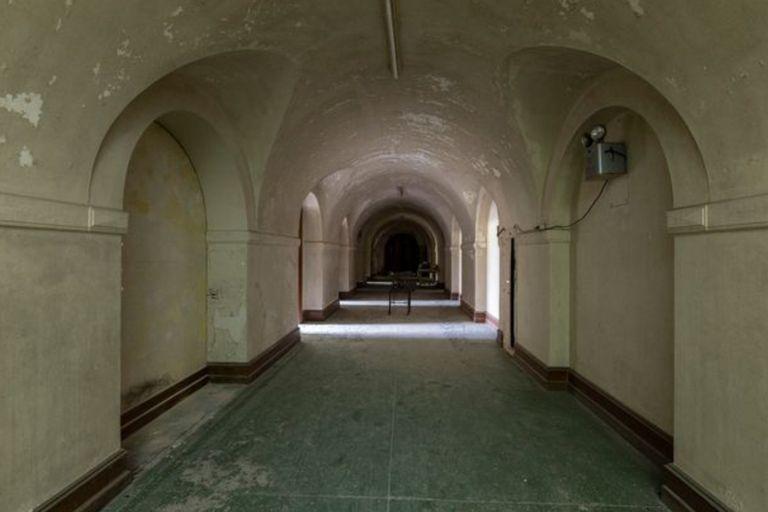 El pasillo del sótano que conduce a las habitaciones utilizadas por McIntire para los seminarios de su escuela religiosa