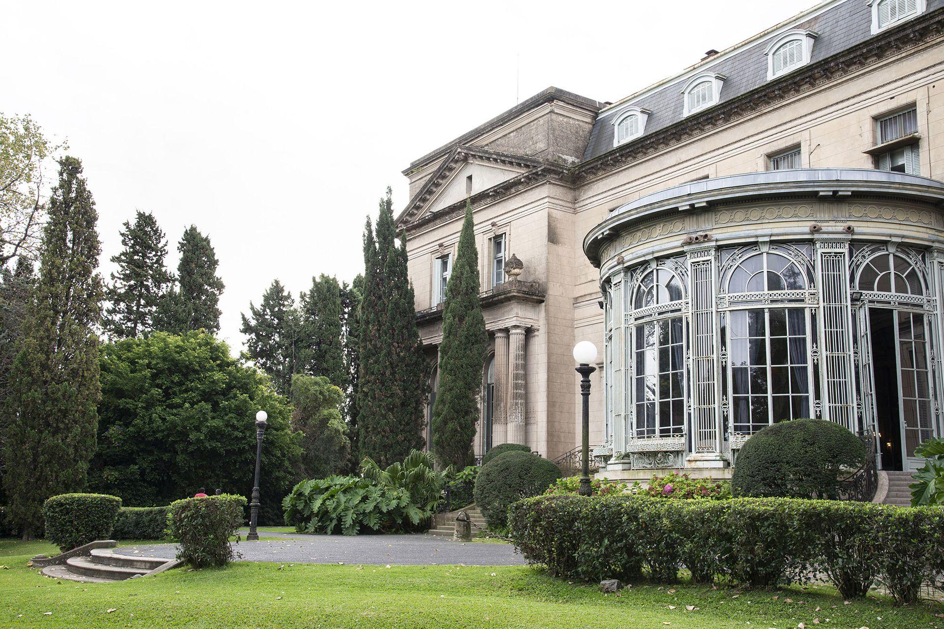 Thays combinó un jardín de estilo mixto en el que combinó ejes y formas clásicas con otras más sueltas y libres.