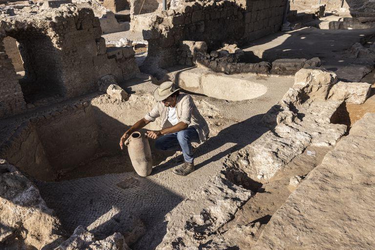 El lugar donde se descubrieron antiguas bodegas de vino en Yavne, Israel, el 11 de octubre del 2021. (Foto AP/Tsafrir Abayov)