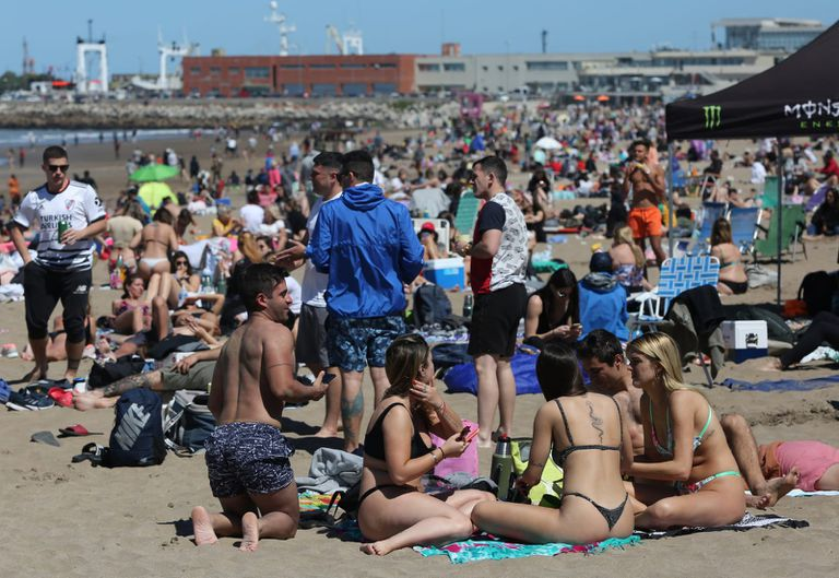 turistas en playas de Mar del Plata