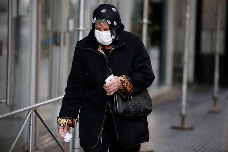 Por el avance del coronavirus, desde el lunes, los adultos mayores de la ciudad deberán tramitar un permiso especial para circular por la vía pública si no realizan actividades exceptuadas