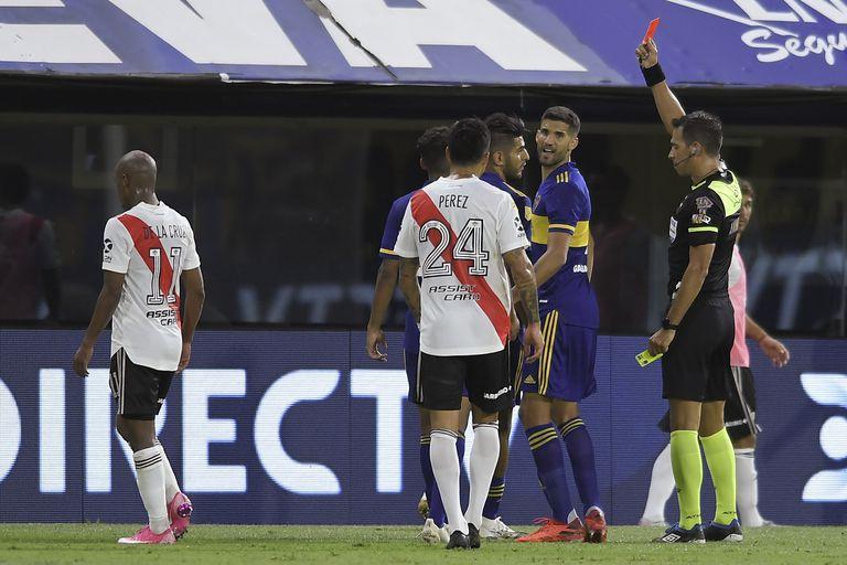 Facundo Tello le muestra la roja a Carlos Zambrano durante el superclásico entre Boca y River. Russo está convencido de que el defensor peruano pudo haberla evitado