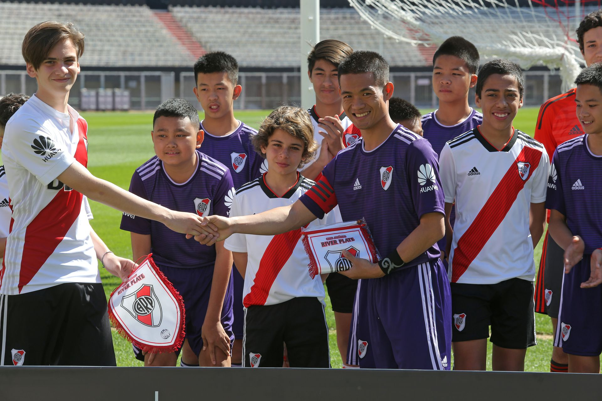 Los Jabalíes Salvajes jugaron ayer al fútbol en el Monumental