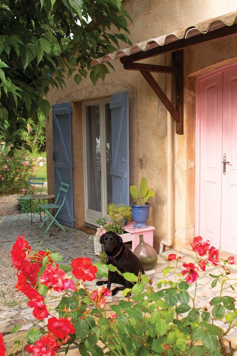 Mechi siempre quiso una puerta rosa y fue lo primero que hizo al comprar la casa. Al fondo se ve un piso calcáreo; lo colocó el verano pasado aprendiendo a través de YouTube.