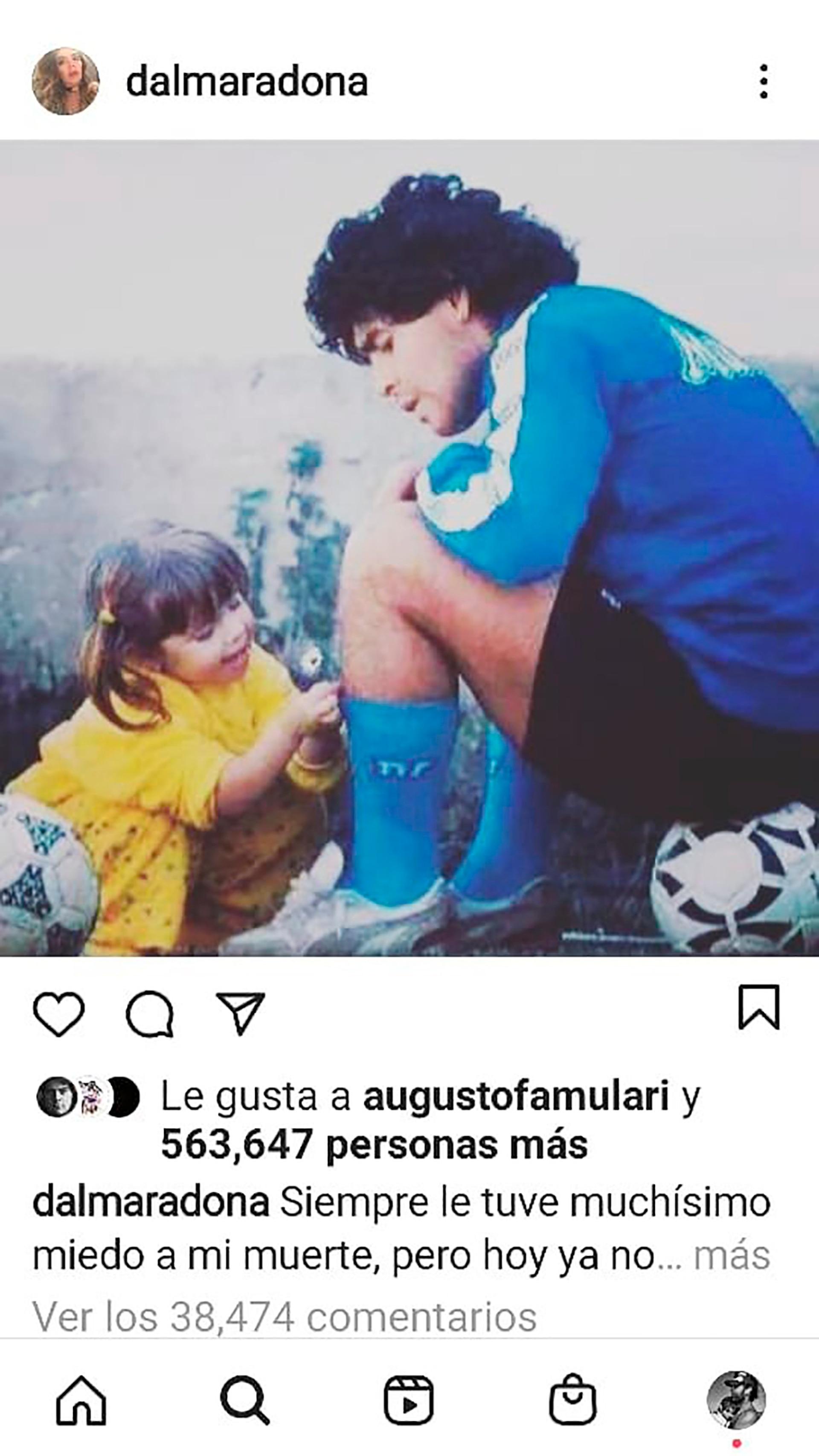 """@dalmaradona: """"Te llevo margaritas para decorar tus medias de jugador y por favor volveme a mirar con ese amor""""."""