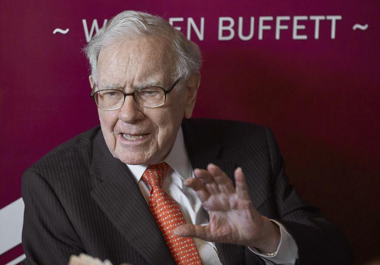 ARCHIVO - En esta foto de archivo del 5 de mayo de 2019, el archimillonario Warren Buffett asiste a la reunión anual de accionistas de Berkshire Hathaway, de la que es el CE0. (AP Foto/Nati Harnik, File)