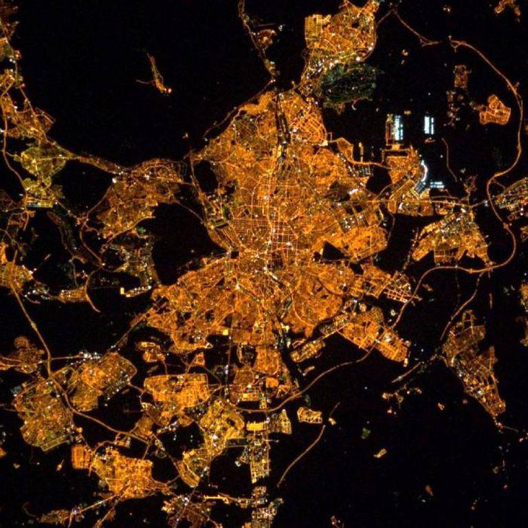 Madrid, la capital española, también muestra su fisonomía en la que se perciben, en negro, sus parques y grandes espacios verdes
