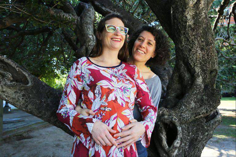 Nuevas familias: buscan actualizar las licencias por paternidad y maternidad