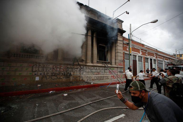Humo saliendo de las oficinas del edificio del Congreso de Guatemala