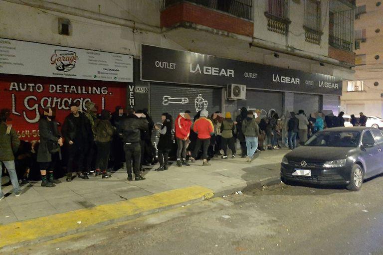Desbaratan dos fiestas clandestinas en Villa Crespo, una en un outlet de zapatillas, y clausuran bares en Palermo y Villa Devoto tras inspecciones