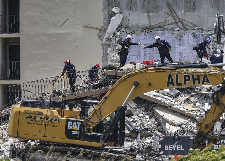 Personal especializado busca a sobrevivientes entre los restos del edificio de apartamentos Champlain Towers