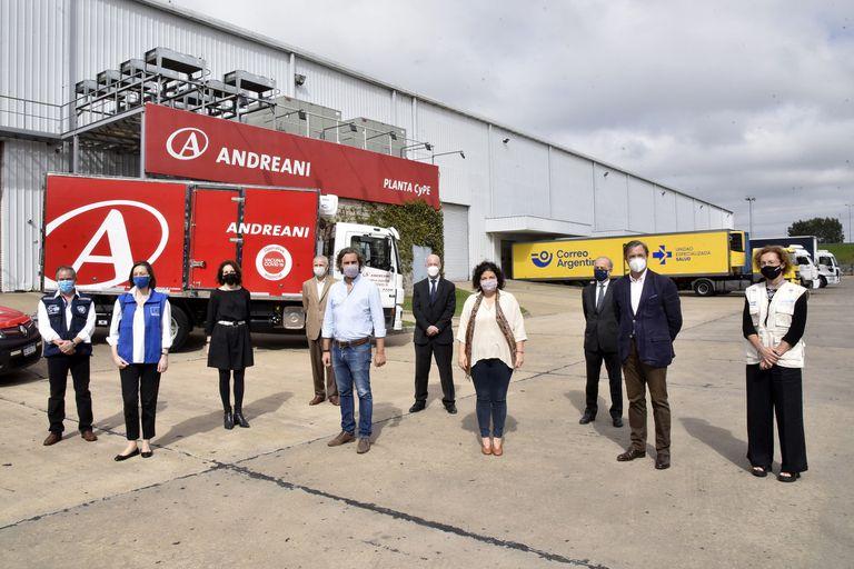 Funcionarios, en la planta donde se distribuirán las 864 mil dosis de AstraZeneca a todo el país