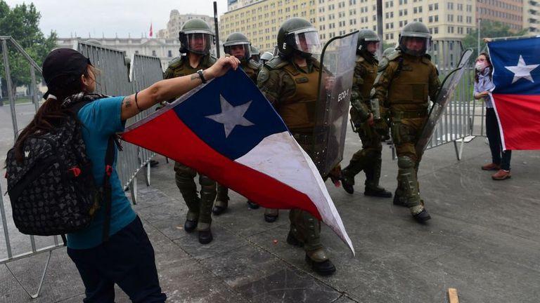 Las protestas comenzaron en Chile por un aumento en el precio del pasaje del metro. Pese a que el gobierno dio marcha atrás, la violencia no cesó.
