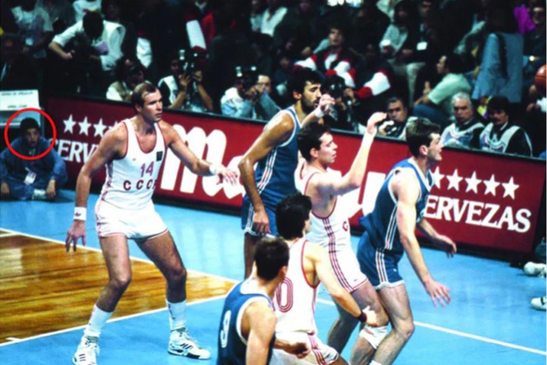 El documento de la revista El Gráfico durante la final del 20 de agosto de 1990: Luis Scola, en una esquina, el ball boy que luego ganaría dos medallas mundiales