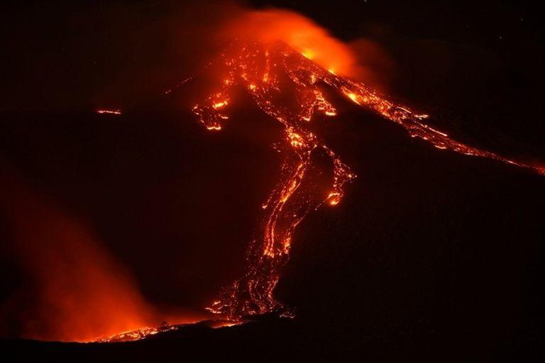 El volcán Etna, ubicado las afueras de la ciudad de Catania en Italia, entró en erupción el martes y arrojó una gran cantidad de lava y ceniza hacia el cielo. Según informó la Protección Civil de la localidad, no se produjeron daños en las personas ni en la zona