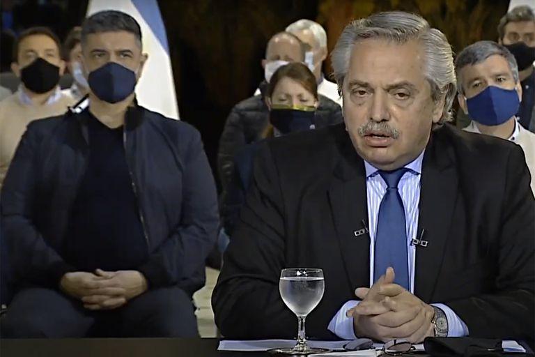 Alberto Fernández anuncia el recorte a la ciudad; el intendente Jorge Macri, detrás de él, desconocía a qué lo habían invitado a Olivos; arden los puentes del Gobierno hacia la oposición