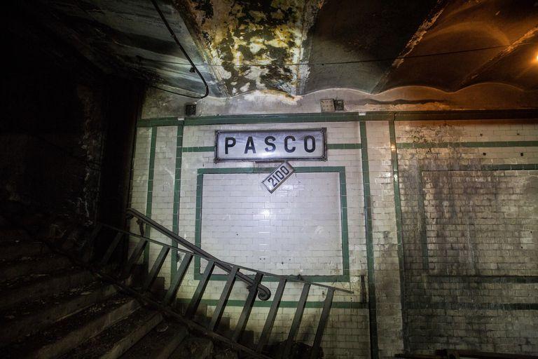 El cartel que indica la altura de calle Rivadavia cuelga debajo del cartel de la estación Pasco abandonada