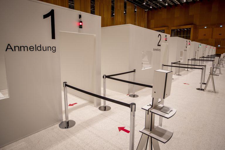 En esta foto de archivo del 7 de diciembre de 2020, se ven las cabinas de un centro de vacunas que se presentó a los medios en Wiesbaden, Alemania