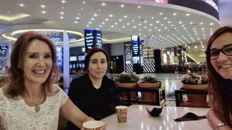 La princesa Latifa en un shopping con amigas