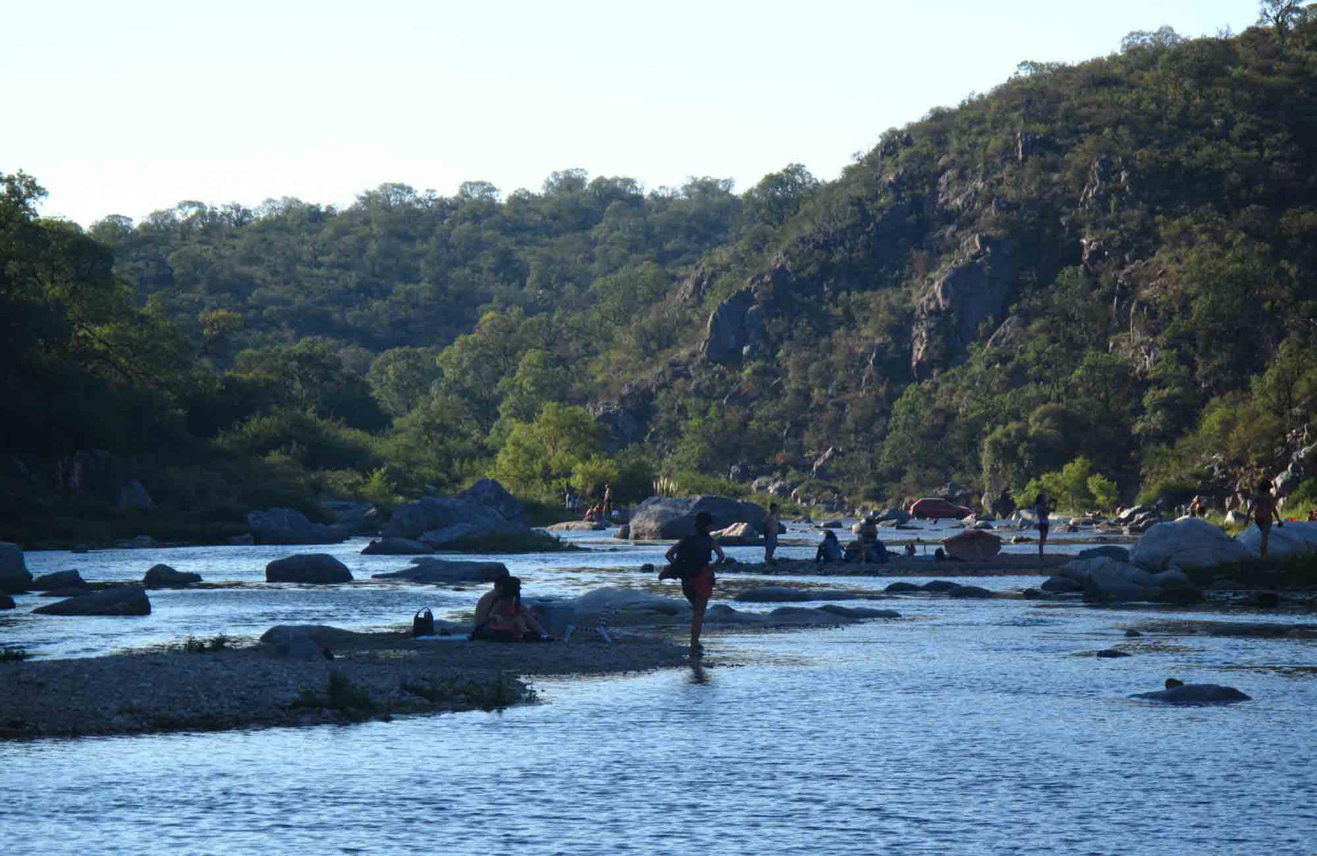 Atardecer tras las sierras en el río Quilpo, en San Marcos Sierras