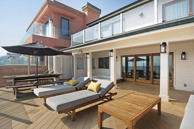 El deck con jacuzzi en la galeria que tiene acceso directo a la playa.