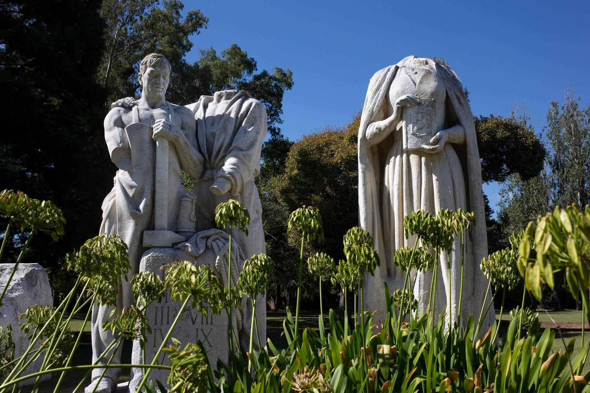 """Los derechos del trabajador y la razón de mi vida, dos de las esculturas sobrevivientes del Monumento al Descamisado están en el Museo """"17 de octubre"""""""
