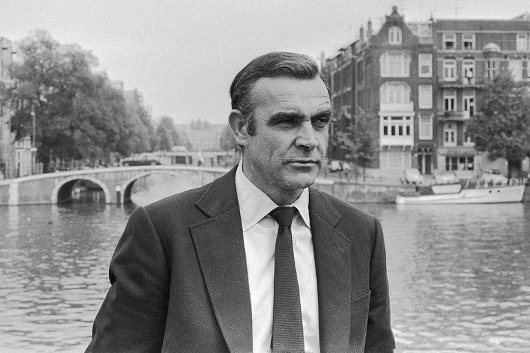 Connery comenzó a adentrarse en el mundo del espectáculo como Mister Universe, tras una infancia muy dura