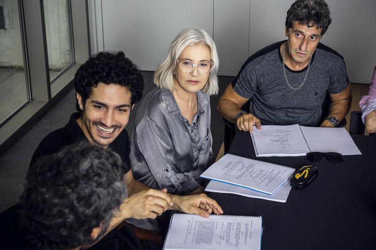Mercedes Morán, El Chino Darín y Diego Peretti, parte del elenco de la serie El reino para Netflix, leyendo el guion como parte del anuncio del proyecto, previo al comienzo de la pandeia