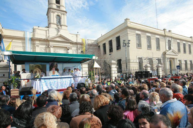 La iglesia de San Cayetano recibe a sus fieles en medio de la campaña electoral