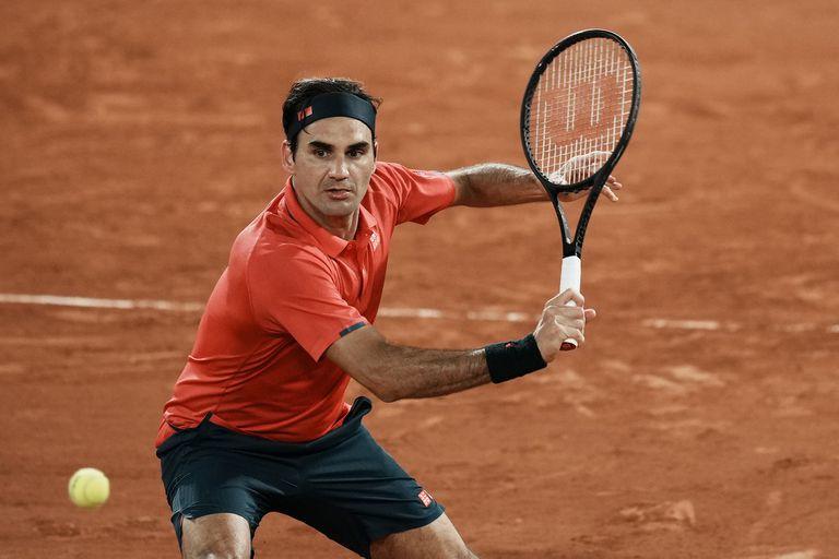 Roger Federer en su match de la tercera ronda de Roland Garros ante el alemán Dominik Koepfer: tras la desgastante victoria, el suizo decidió cuidar su cuerpo y retirarse del certamen.