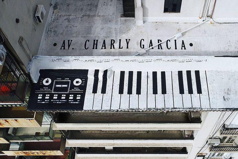 La obra se titula Av. Charly García.