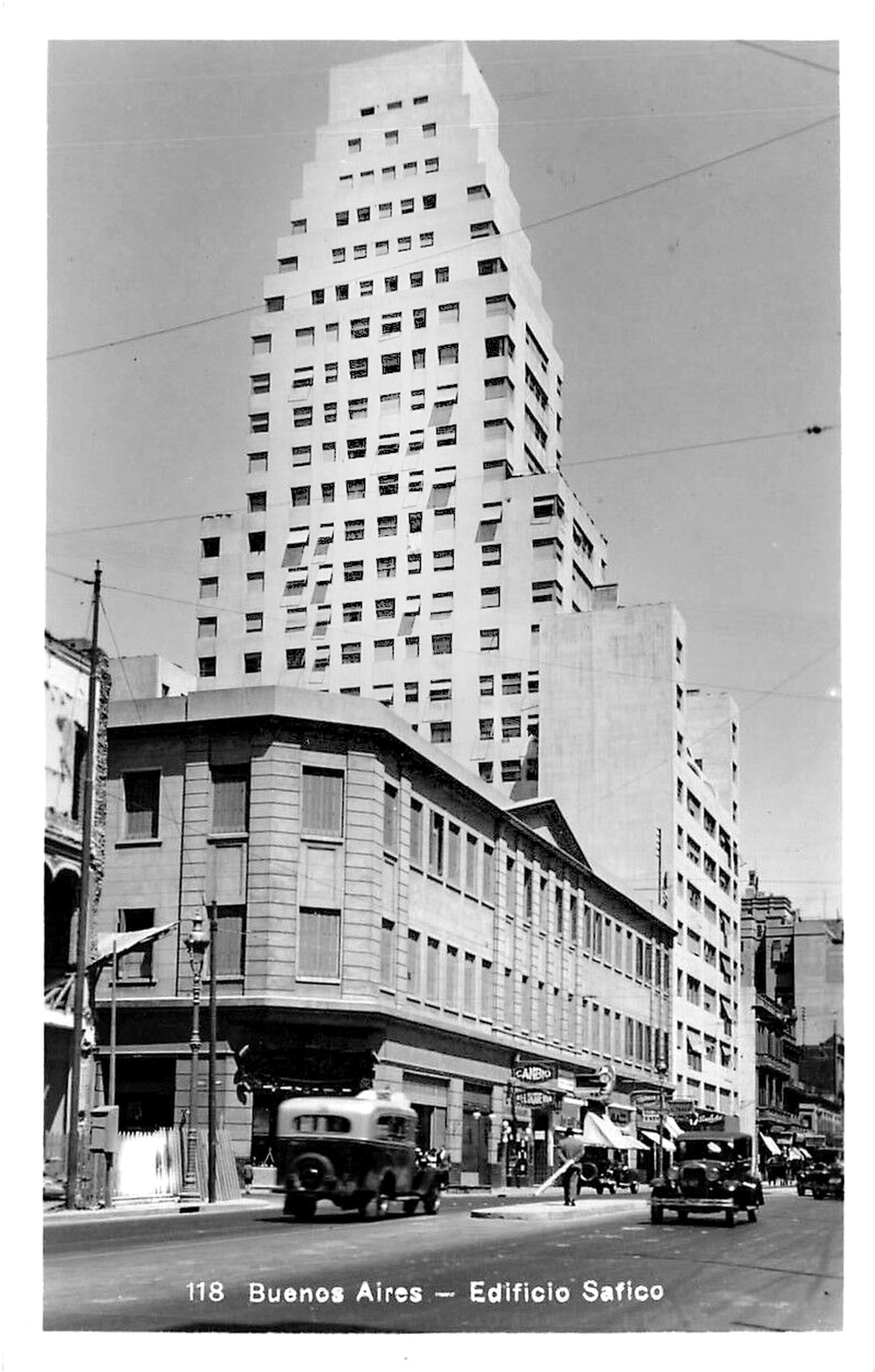 A finales de la década del 30/40 la esquina suroeste fue ocupada la Ferretería Alemana. Detrás, el edificio Safico.