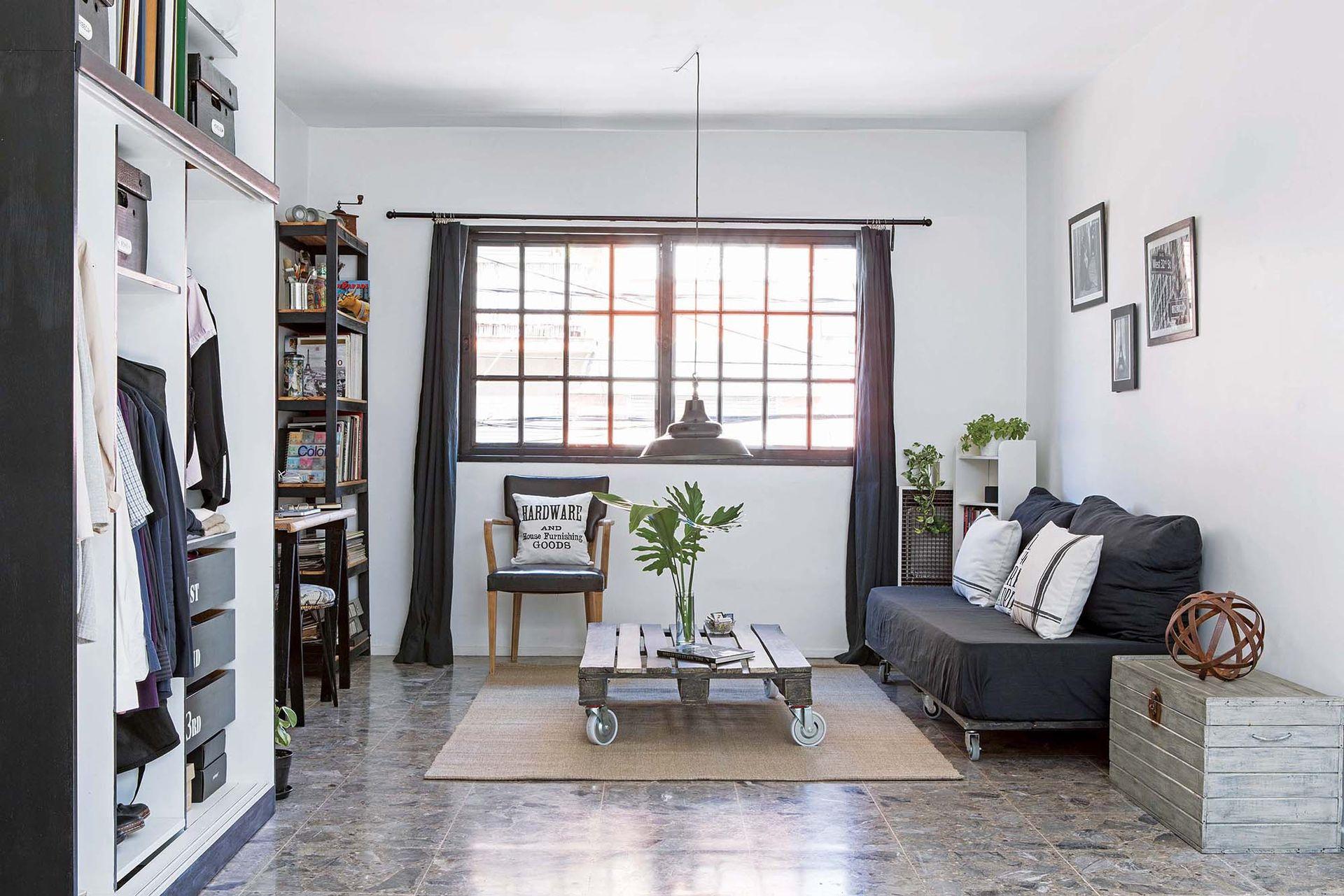 Se eliminaron las persianas y su cajón para tener una vista más limpia. Los marcos negros modernizan la ventana de vidrio repartido.