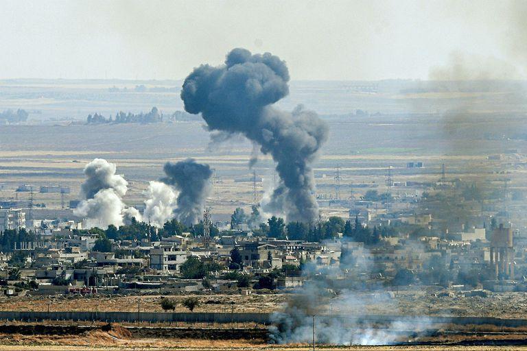En esta foto de archivo tomada el 14 de octubre de 2019, desde el lado turco de la frontera en el distrito de Ceylanpinar en Sanliurfa, sale humo de la ciudad siria de Ras al-Ain en el sexto día de la operación militar de Turquía contra las fuerzas kurdas