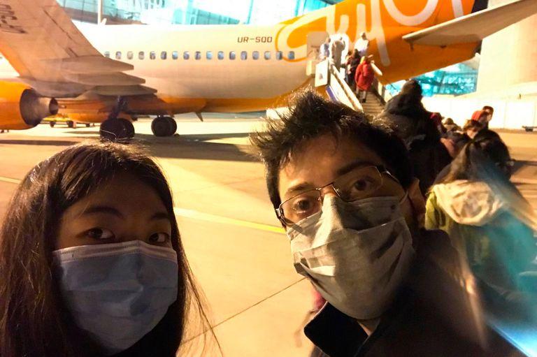 María Andrea An y Germán antes de subirse al avión para salir de Wuhan