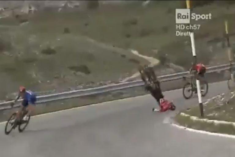 Escalofriante. El duro accidente en un descenso de montaña en el Giro de Italia