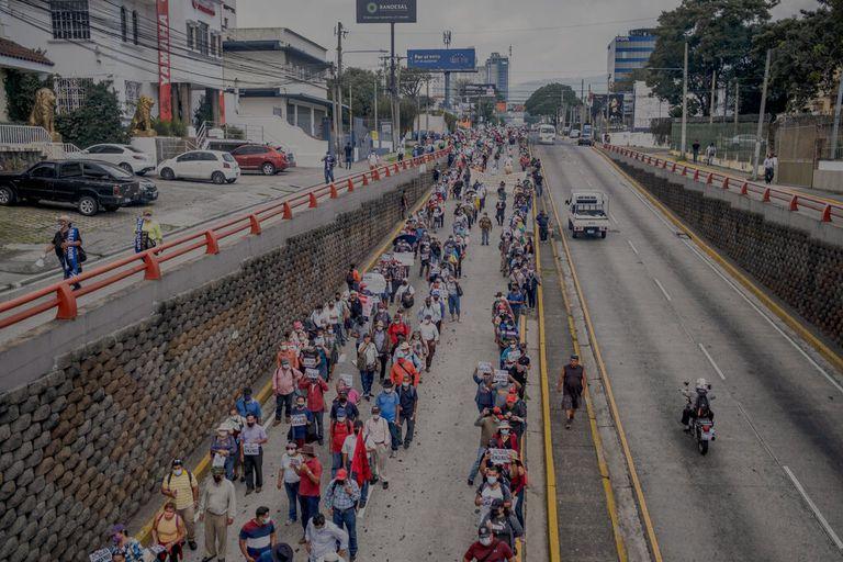 Miles de personas protestan contra el presidente Nayib Bukele tras la adopción del bitcoin